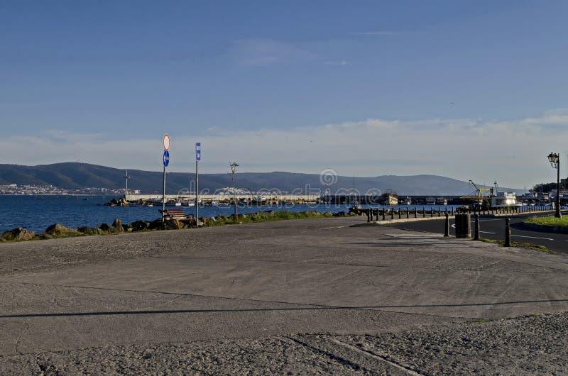 Seascape do cais com cruz na extremidade para o barco de pesca na montanha do Mar Negro e de Balcãs com cabo Emine perto de Nesse imagens de stock