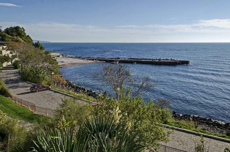 Seascape do cais para o barco de pesca com a estrada litoral no Mar Negro e a praia pequena perto da cidade antiga Nessebar imagens de stock royalty free