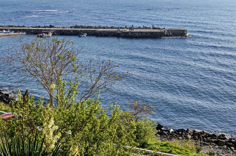 Seascape do cais para o barco de pesca com a estrada litoral no Mar Negro e a praia pequena perto da cidade antiga Nessebar fotografia de stock