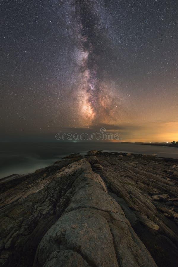 Seascape do ponto de Pemaquid sob a galáxia da Via Látea foto de stock royalty free