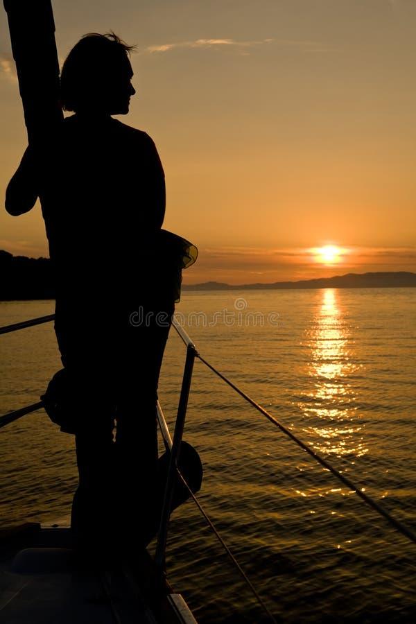 Seascape do por do sol com silhueta da mulher imagens de stock royalty free