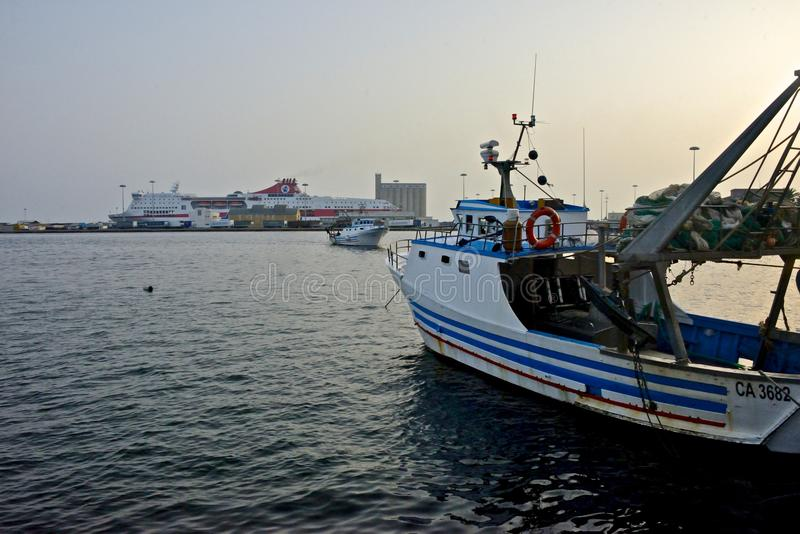 Seascape do porto de Cagliari com barcos de pesca imagens de stock