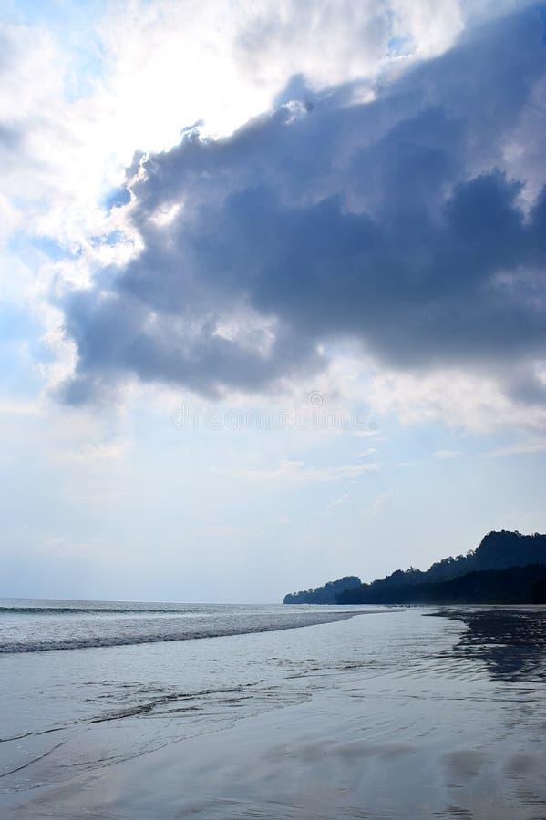 Seascape do retrato com as nuvens escuras no céu - praia de Radhanagar, ilha de Havelock, Andaman Nicobar, Índia imagem de stock royalty free
