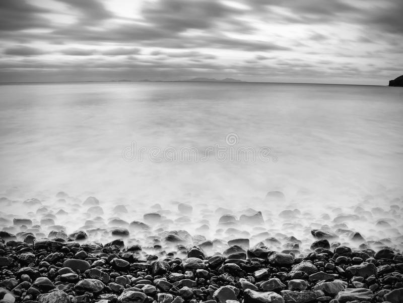 Seascape dramático bonito do tempo da costa do mar liso foto de stock