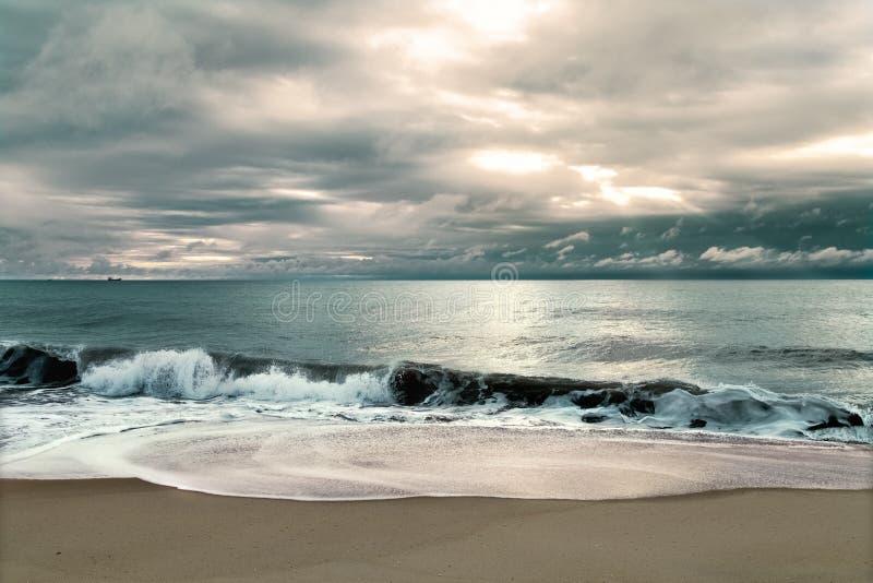 Seascape dramático colorido com nuvens e feixes escuros do sol imagens de stock