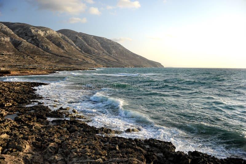 Seascape e montanhas rochosas ventosas fotografia de stock
