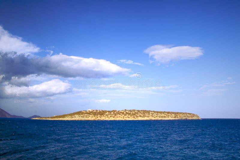 Seascape em Greece Ilha grega pequena, mar Mediterrâneo, céu azul com nuvens Seascape com ilhota imagens de stock royalty free