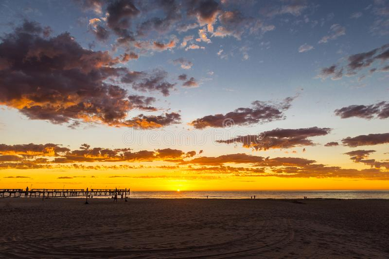 Seascape för härlig solnedgång på den Glenelg stranden, Adelaide, Australien fotografering för bildbyråer