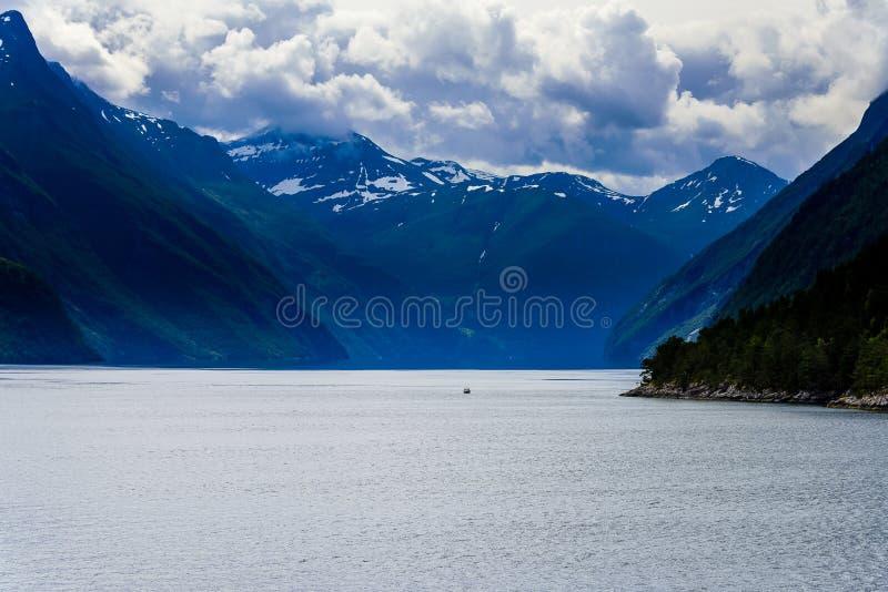 Seascape för landskap för fjordglaciärvattenfall skandinavisk royaltyfri bild