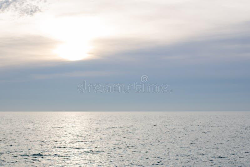Seascape för stormigt väder - dåligt väderrullar in på en sjö, med och mörka moln arkivbild