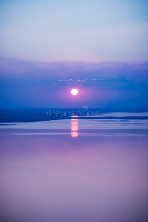 Seascape fantástico com fundo fresco do por do sol com reflexão o imagens de stock royalty free