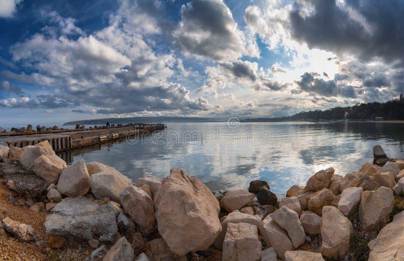 Seascape kamienie w wodzie morskiej b??kit chmurnieje dramatycznego niebo fotografia stock