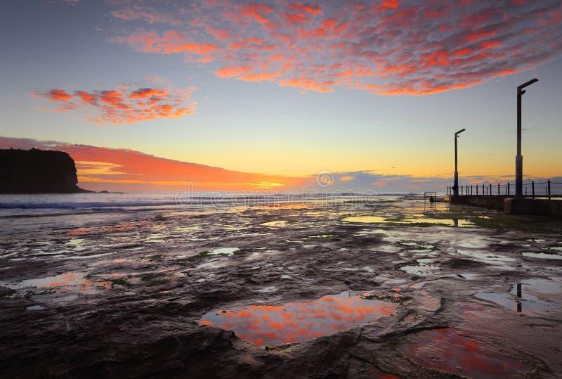 Seascape litoral de Mona Vale no nascer do sol imagem de stock