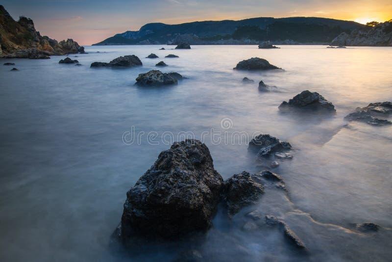 Seascape longo da exposição no nascer do sol Vista do penhasco no SE imagem de stock