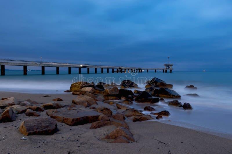 Seascape, mar calmo do azul da noite e o branco, escuros - c?u azul em Burgas ilustração royalty free