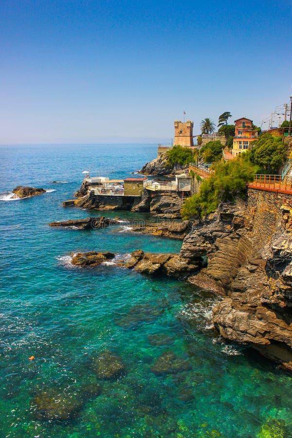 Seascape med den medelhavs- steniga kustlinjen och promenaden på Genoa Nervi royaltyfria bilder
