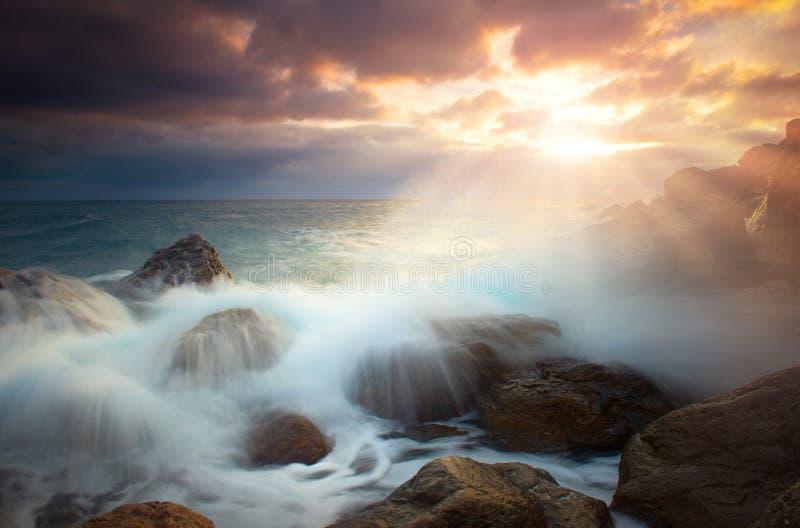 Seascape med det stormiga havet på solnedgången royaltyfri bild