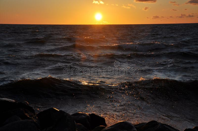 Seascape med en storartad solnedgång över havet - Bild fotografering för bildbyråer