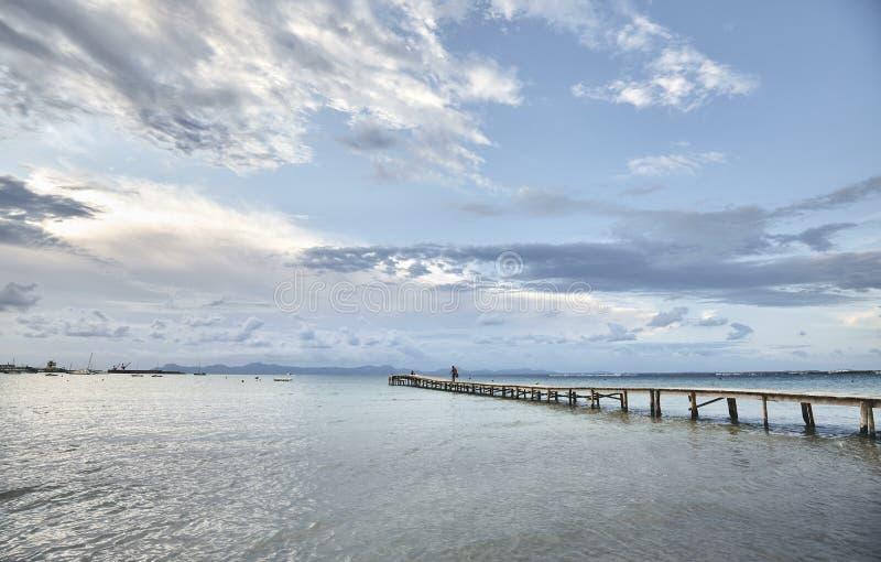Seascape med en träbro, Mallorca fotografering för bildbyråer