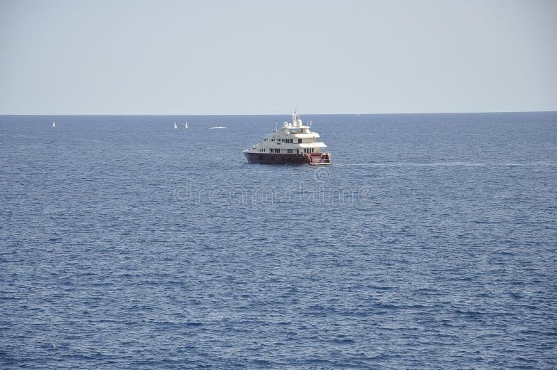 Seascape med fartyg och yachten på fjärden av Nice från franska Riviera arkivfoton
