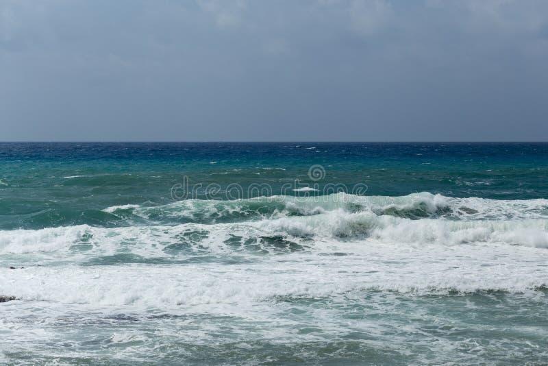 Seascape med kraftiga vågor royaltyfri bild