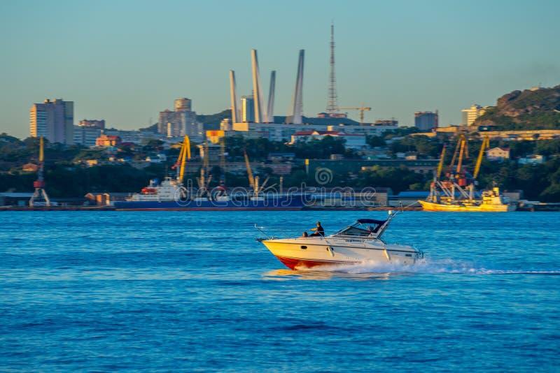 Seascape med sikter av kustlinjen av staden royaltyfria bilder