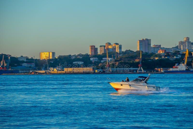 Seascape med sikter av kustlinjen av staden fotografering för bildbyråer