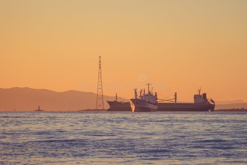 Seascape med sikter av kustlinjen av staden arkivfoto