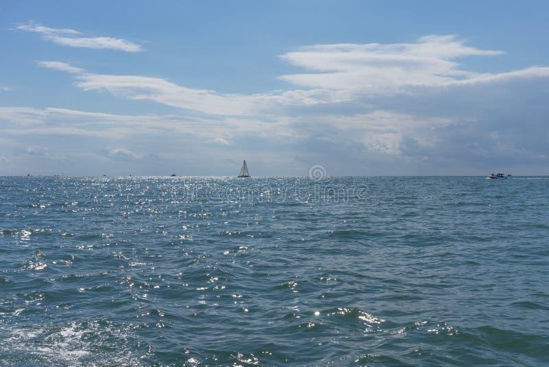 Seascape med små skepp mot den klara blåa himlen arkivfoton