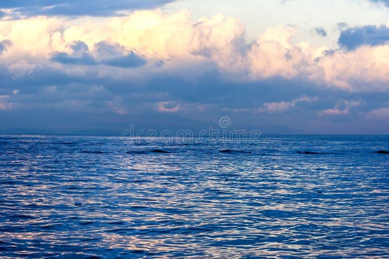 Seascape med stormiga moln i en vinterotta i Izmir Turkiet royaltyfria foton