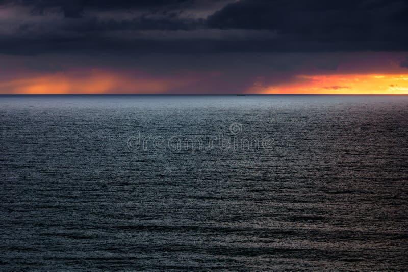 Seascape med stormiga moln på solnedgången royaltyfri fotografi