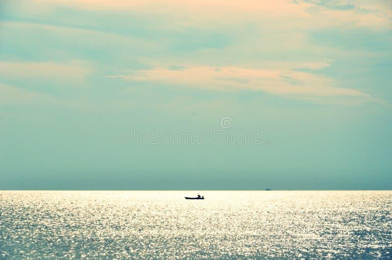 Seascape med trevlig himmelfärg och ensamt skepp på horisonten royaltyfri bild