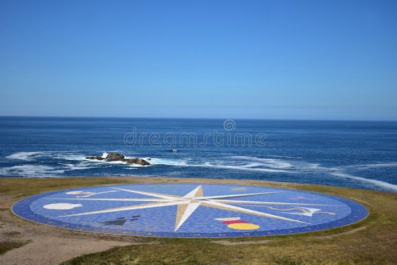 Seascape med vind steg i en klippa Det blåa havet med vaggar och skum Solig dag blåttsky royaltyfri fotografi