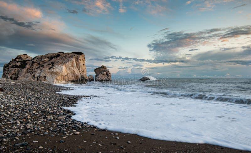 Seascape met windgolven en vochtige lucht tijdens zonsondergang royalty-vrije stock foto's