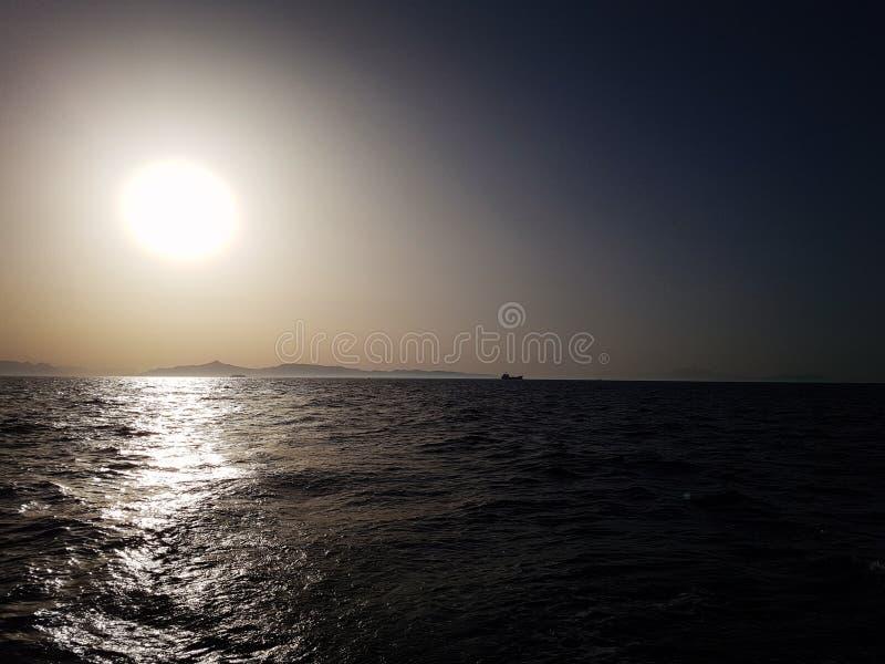Seascape mit einer Insel am Horizont bei Morgengrauen stockfotos