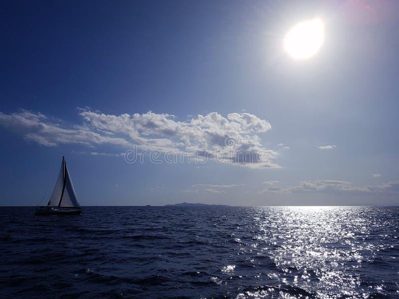 Seascape mit einer Yacht am Horizont stockfotos