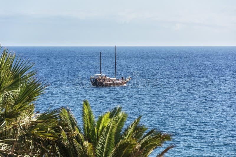 Seascape Navio do prazer no fundo do horizonte de mar foto de stock