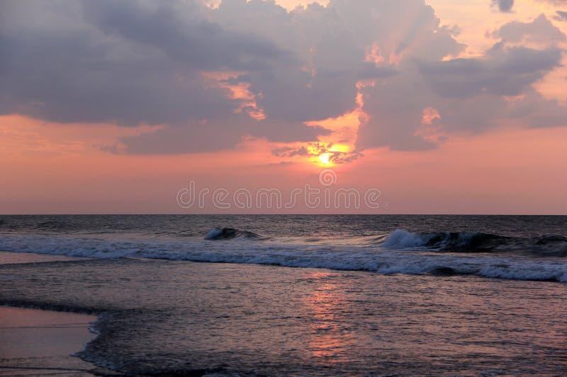 Seascape nebuloso do amanhecer fotos de stock royalty free