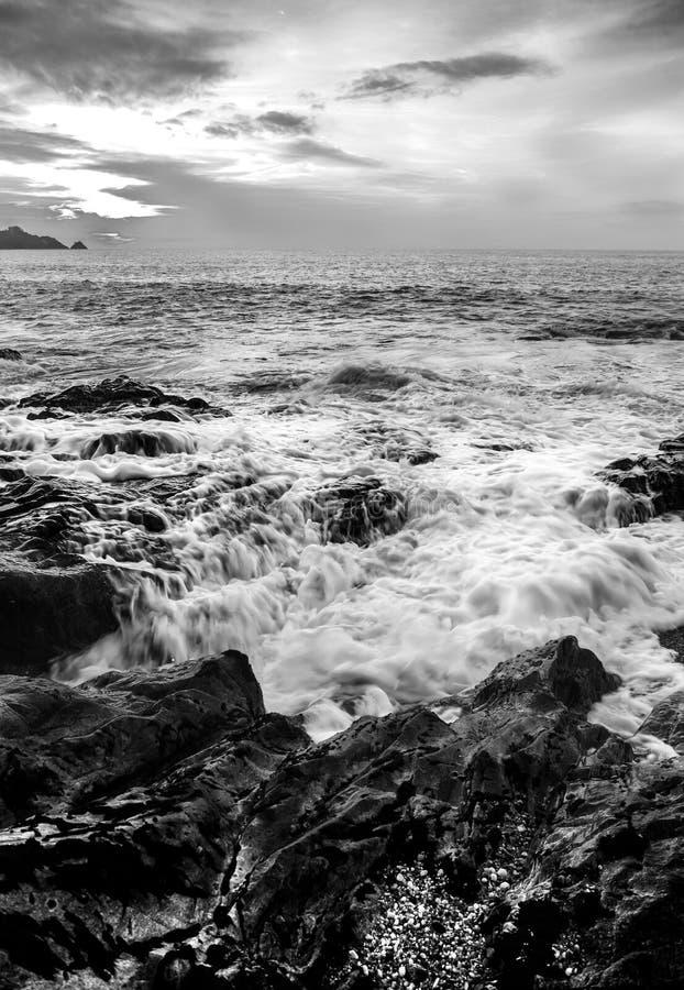 Seascape no crepúsculo com por do sol fotos de stock