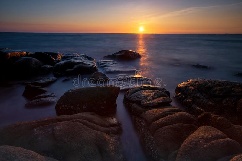 Seascape no por do sol na praia tropical imagem de stock