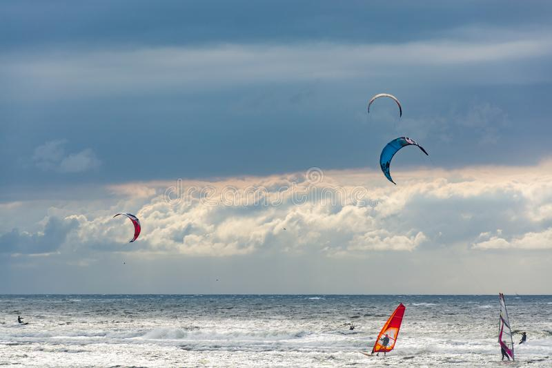 Seascape Nordsjön vid den holländska kusten med drake- och vindsurfare royaltyfri foto