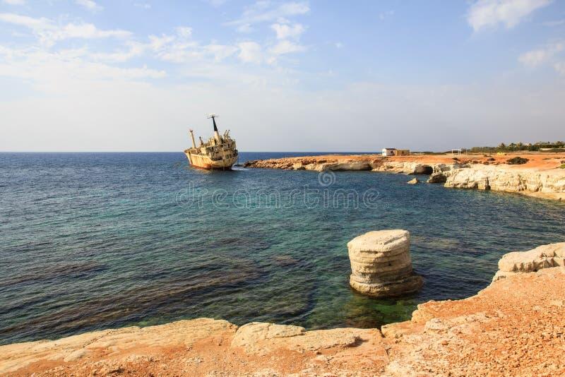 Seascape: o barco EDRO III shipwrecked perto da costa rochosa no por do sol Mediterrâneo, perto de Paphos chipre fotografia de stock royalty free