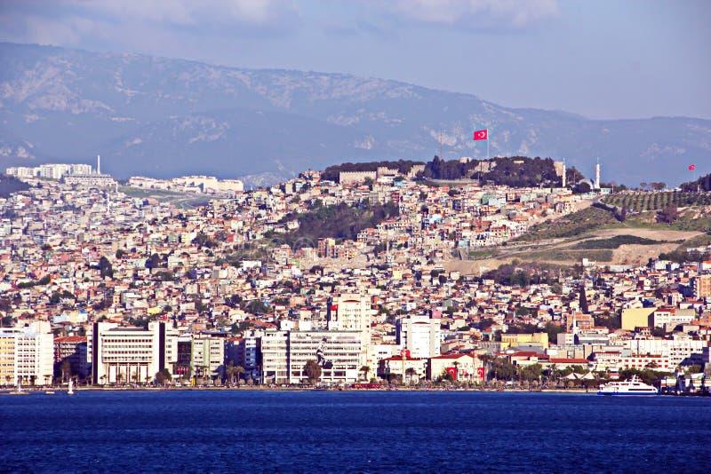 Seascape och landskap av kustlinjen och vattnet av porten av Izmir, Turkiet fotografering för bildbyråer