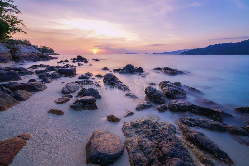 Seascape och solnedgång som tas med lång exponering för att göra långsam moveme arkivfoto