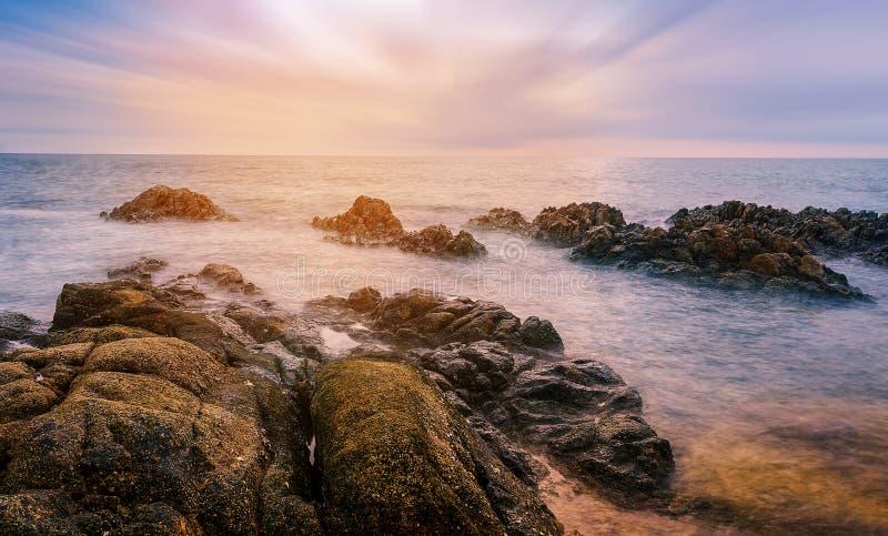 Seascape och strandsand landskap naturen i skymning arkivbilder
