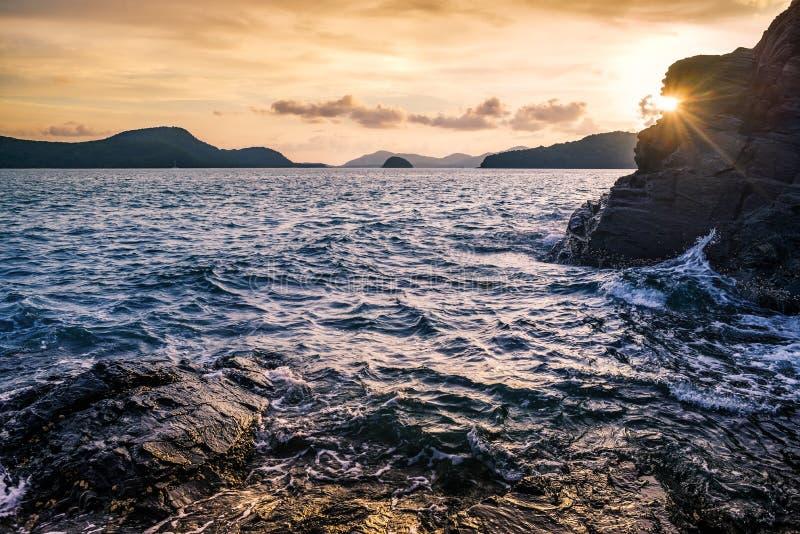Seascape och strandsand landskap naturen i skymning arkivfoto