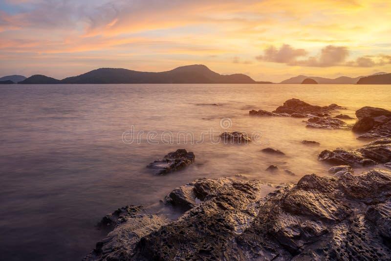 Seascape och strandsand landskap naturen i skymning fotografering för bildbyråer