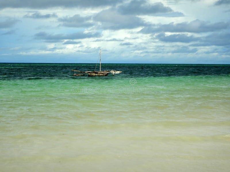 Seascape på det indiska havet, ensam segelbåt på det klara blåa vattnet royaltyfri bild