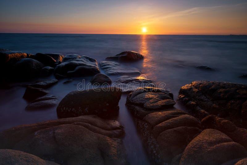 Seascape på solnedgången i tropisk strand fotografering för bildbyråer