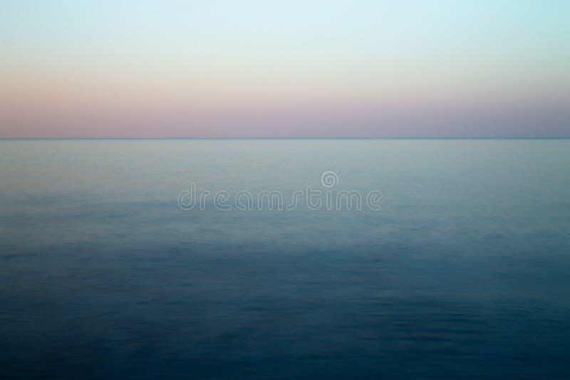 Seascape på solnedgången som bakgrunden exponering long royaltyfri fotografi